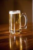 Bier u. Becher stockfotografie