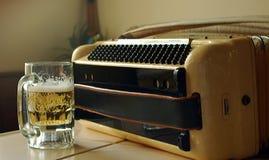 Bier und Akkordeon Stockfoto