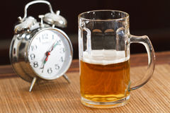 Bier und Alarmuhr Stockfotos