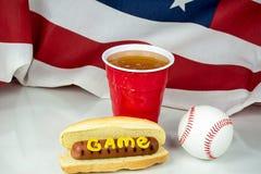 Bier und Baseball mit Hotdog und Hintergrund der amerikanischen Flagge Stockbild
