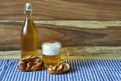 Bier und Brezeln Stockfoto