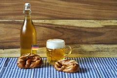 Bier und Brezeln Stockfotografie