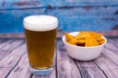 Bier und Chips Stockbild