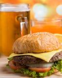 Bier und Chips Indicates Ready To Eat und Burger stockfotografie