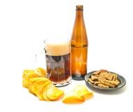 Bier und eine Vielzahl der Snacknahaufnahme lizenzfreie stockfotografie