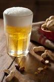 Bier und Erdnüsse Stockfotos