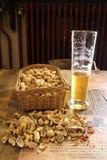 Bier und Erdnüsse Stockbild