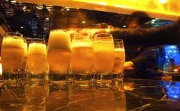 Bier und Gläser stockbild
