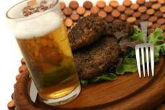 Bier und Hamburger Lizenzfreies Stockbild