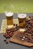 Bier und Holz nuts stockfoto