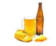 Bier und knusperige Chips lizenzfreies stockbild