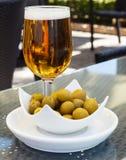 Bier und Oliven lizenzfreies stockfoto