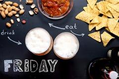 Bier und Snäcke auf schwarzer Tafel lizenzfreie stockfotografie