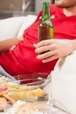 Bier und Snacknahaufnahme lizenzfreie stockbilder