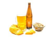 Bier und verschiedene Snäcke stockfotografie