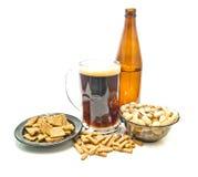 Bier und verschiedene Snäcke stockfoto