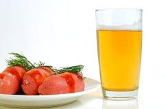 Bier und Zervelatwürste Stockbild