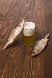 Bier und zwei Fische lizenzfreie stockfotografie