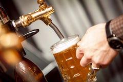 Bier vom Hahn lizenzfreies stockfoto