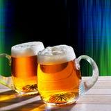 Bier zwei auf dem Tisch mit modernem Hintergrund Stockbild