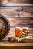 Bier Zwei kalte Biere Fassbier Entwurfsale Goldenes Bier Goldenes Ale Bier des Gold zwei mit Schaum auf die Oberseite Stockfotos