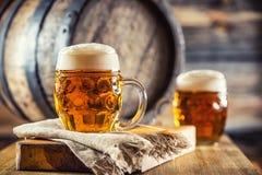 Bier Zwei kalte Biere Fassbier Entwurfsale Goldenes Bier Goldenes Ale Bier des Gold zwei mit Schaum auf die Oberseite Lizenzfreie Stockfotografie