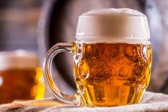 Bier Zwei kalte Biere Fassbier Entwurfsale Goldenes Bier Goldenes Ale Bier des Gold zwei mit Schaum auf die Oberseite Lizenzfreies Stockbild
