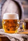 Bier Zwei kalte Biere Fassbier Entwurfsale Goldenes Bier Goldenes Ale Bier des Gold zwei mit Schaum auf die Oberseite Lizenzfreie Stockbilder