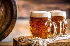 Bier Zwei kalte Biere Fassbier Entwurfsale Goldenes Bier Goldenes Ale Bier des Gold zwei mit Schaum auf die Oberseite Lizenzfreie Stockfotos