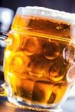 Bier Zwei kalte Biere Fassbier Entwurfsale Goldenes Bier Goldenes Ale Bier des Gold zwei mit Schaum auf die Oberseite Kaltes Bier Stockfoto