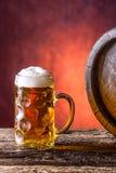 Bier Zwei kalte Biere Fassbier Entwurfsale Goldenes Bier Goldenes Ale Bier des Gold zwei mit Schaum auf die Oberseite Kaltes Bier Lizenzfreies Stockbild