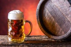 Bier Zwei kalte Biere Fassbier Entwurfsale Goldenes Bier Goldenes Ale Bier des Gold zwei mit Schaum auf die Oberseite Kaltes Bier Lizenzfreie Stockbilder