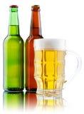 Bierbecher und -flasche auf weißem Hintergrund Stockfotografie