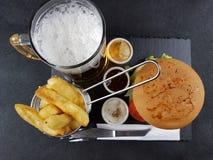 Bierchipburgersoßentischbesteck-Plattengetränk geschmackvoll lizenzfreie stockbilder