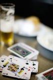 Bieren en kaarten Stock Foto's