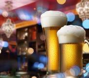 Bieren op staafteller Stock Afbeeldingen