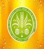 Bieretiket op bierachtergrond Stock Afbeeldingen