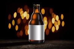 Bierflasche auf hölzerner Tabelle stockbilder