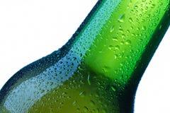 Bierflasche lässt Detail fallen lizenzfreie stockfotografie