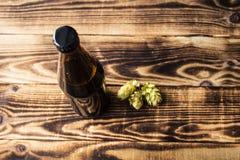 Bierflasche mit getrockneten Hopfen Stockfoto