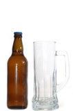 Bierflasche und Becher Stockfoto