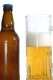 Bierflasche und Becher Stockbild