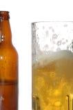 Bierflasche und Becher Stockfotografie
