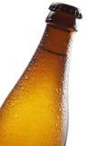 Bierflasche und Tropfen Lizenzfreie Stockbilder