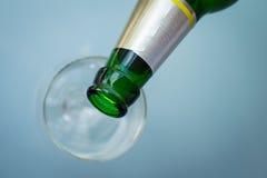Bierflaschehals über leerem Glas Stockbilder