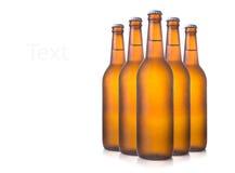 Bierflaschen auf Weiß Stockfoto