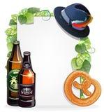 Bierflaschen, Brezel und Oktoberfest-Hut Lizenzfreies Stockfoto