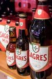 Bierflaschen in den verschiedenen Größen verkauften in einem Markt in der Mitte von Lissabon, Portugal Stockfotografie