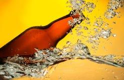 Bierfles in water stock afbeelding