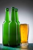Bierflessen met volledig glas Stock Foto's